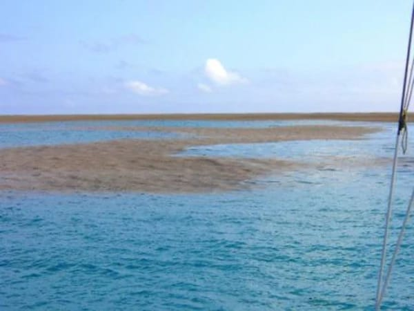 Они заплыли в странное пятно посреди океана. Спустя пару минут произошло нечто невероятное! (9 фото)