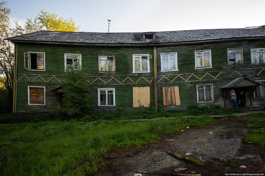 14. Невооруженным глазом видно, что дом сильно перекосило. Сложно поверить, что здесь кто-то живет&#