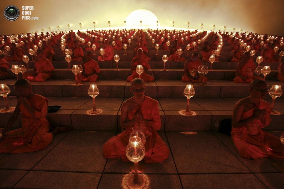 Буддийские монахи на молитве в храме Ват Пхра Дхаммакая во время празднования Макха-Буча, провин