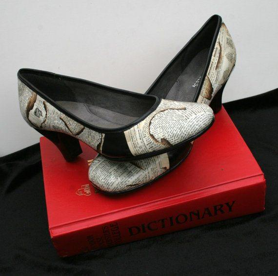 Туфли на каблуках со страницами словаря.