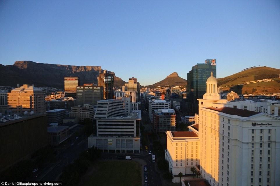 После Сингапура пара направилась в Кейптаун через Йоханнесбург. Из их отеля Westin Cape Town открыва