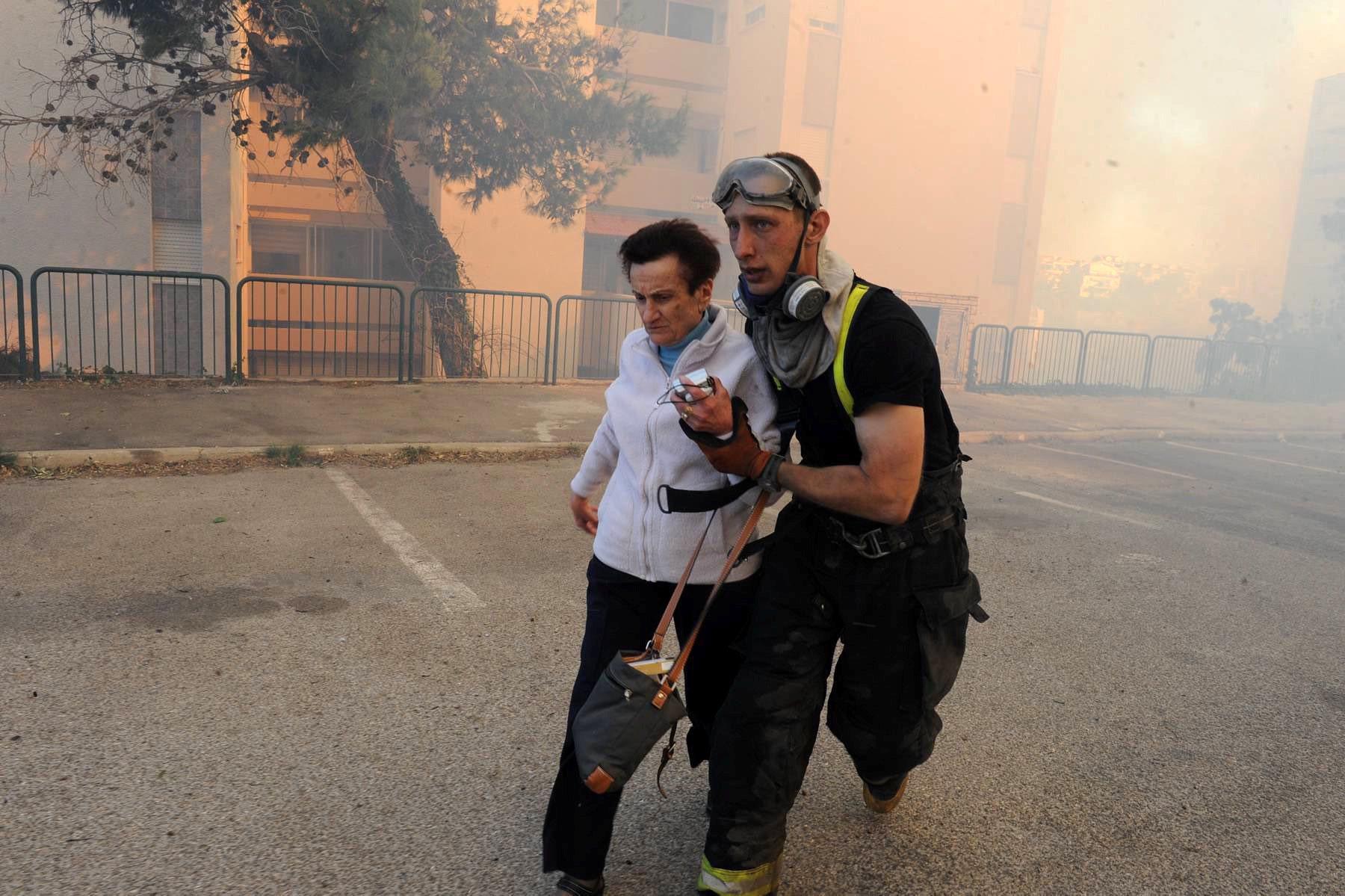 Однако самая сложная ситуация в Хайфе. Пожары начались в поселке Неве-Шалом близ Иерусалима еще во в