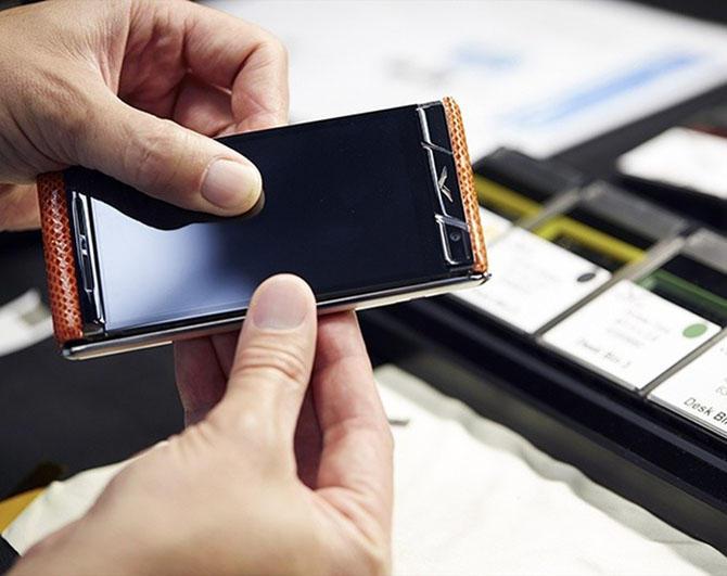 3. Если коснуться истории, то этот неимоверно дорогой телефон был придуман в Nokia, и поначалу нашло