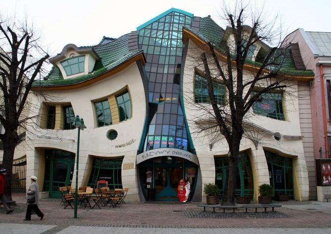 Необычный кривой дом