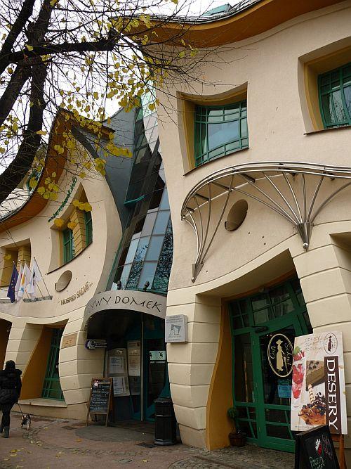 4. Кривой дом, работающий круглосуточно, в 2009 году был признан одним из семи чудес Трехградья, в к