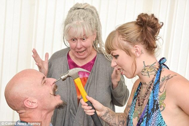 Зрители также могут понаблюдать за тем, как Иви прокалывает себе щеки и пьет из носа отца, которому