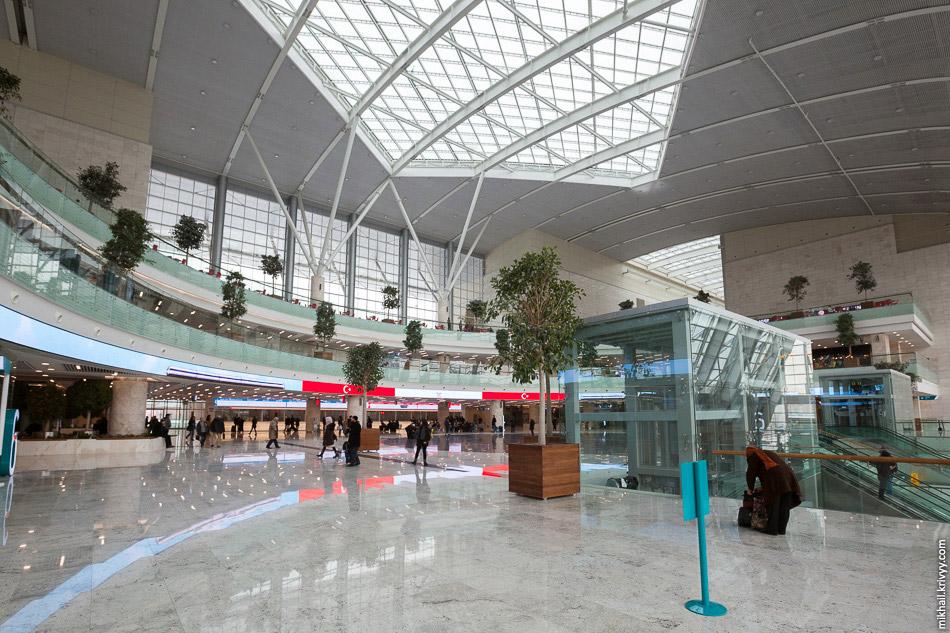 27. В стороны от центрального зала ведут длинные проходы, в которых расположены четыре выхода к
