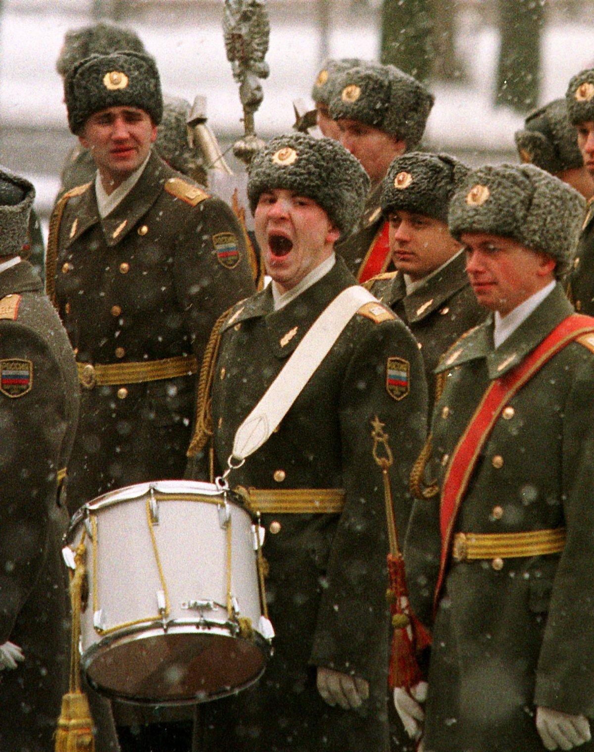 Российский солдат военного оркестра зевает перед началом церемонии возложения венка на Могилу Неизве