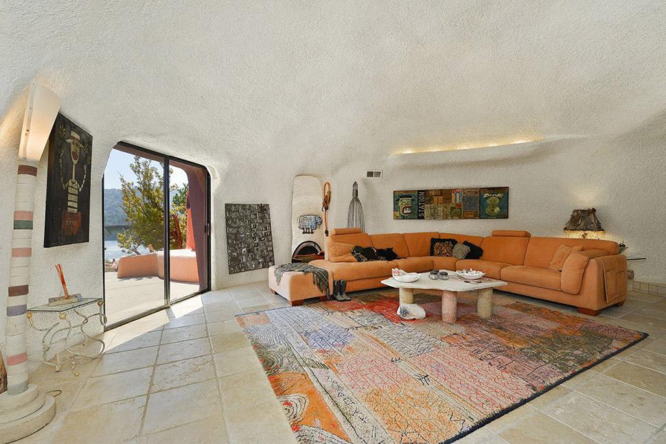 Даже цветовая гамма интерьера подходит под цвет стен снаружи.