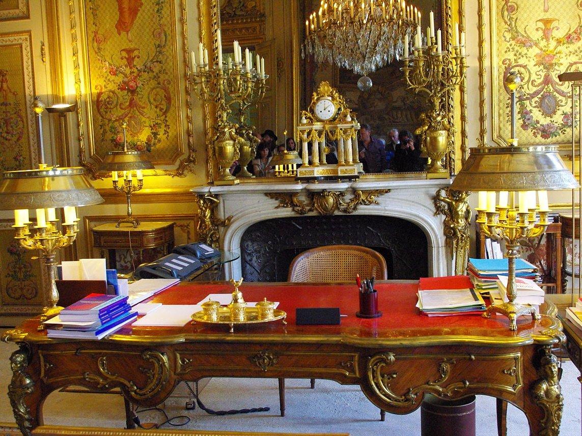 Кабинет президента — Salon Dore (буквально — «золотая комната»). Как можно догадаться, в интерьере и