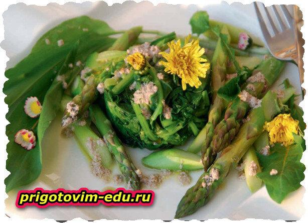 Салат из шпината и зеленой спаржи с ореховым соусом