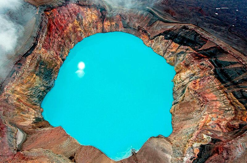 Кислотное озеро в кратере вулкана Малый Семячик. Полуостров Камчатский