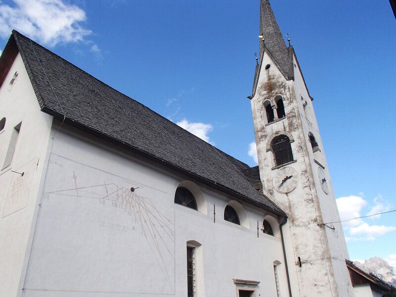 солнечные часы на стене церкви