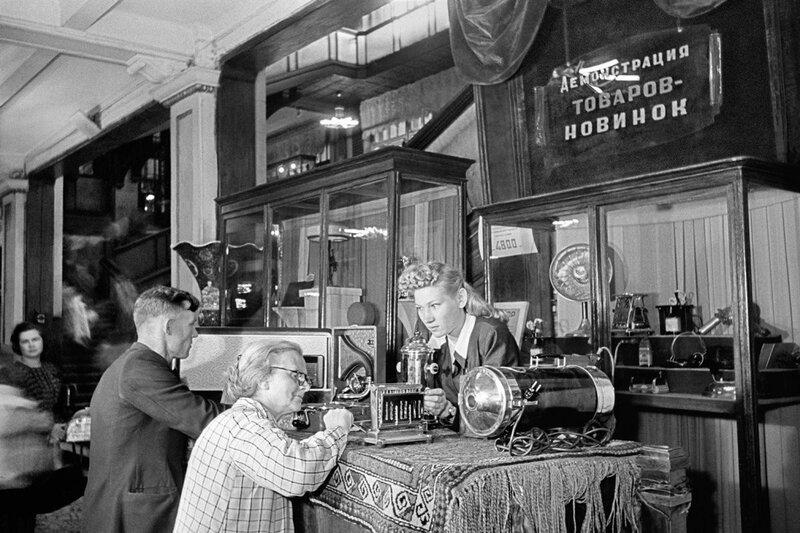 511354 В ЦУМе А. Гаранин 1948.jpg