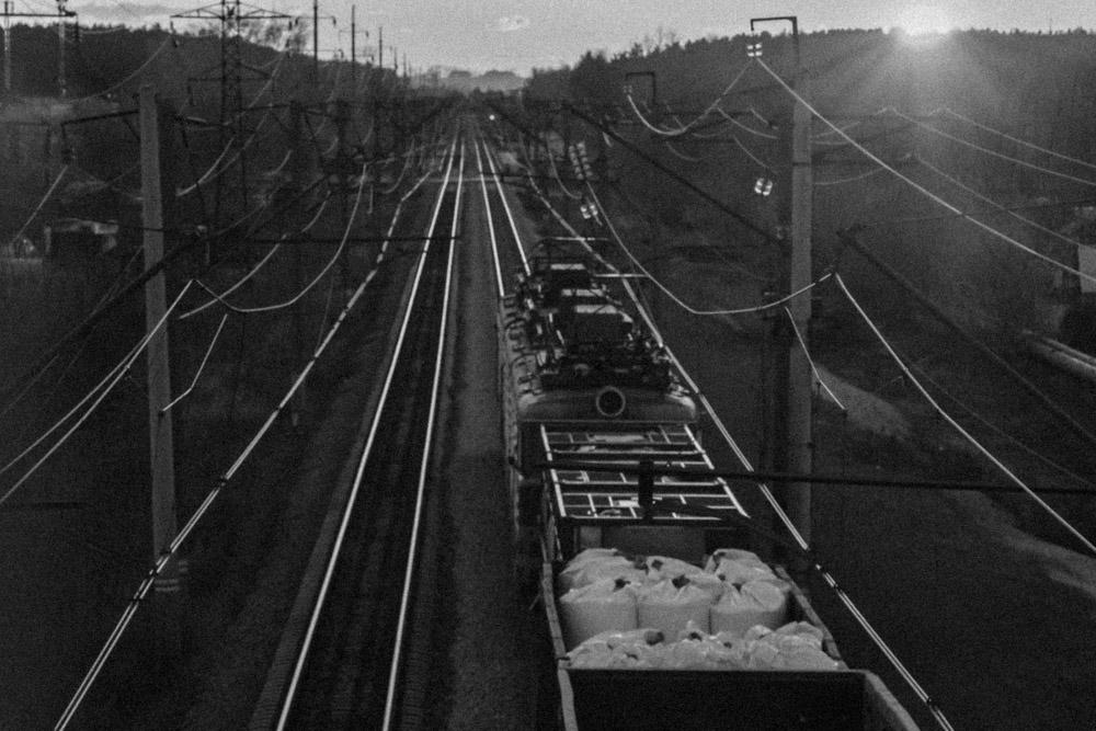 черно-белый снимок поезда на закате