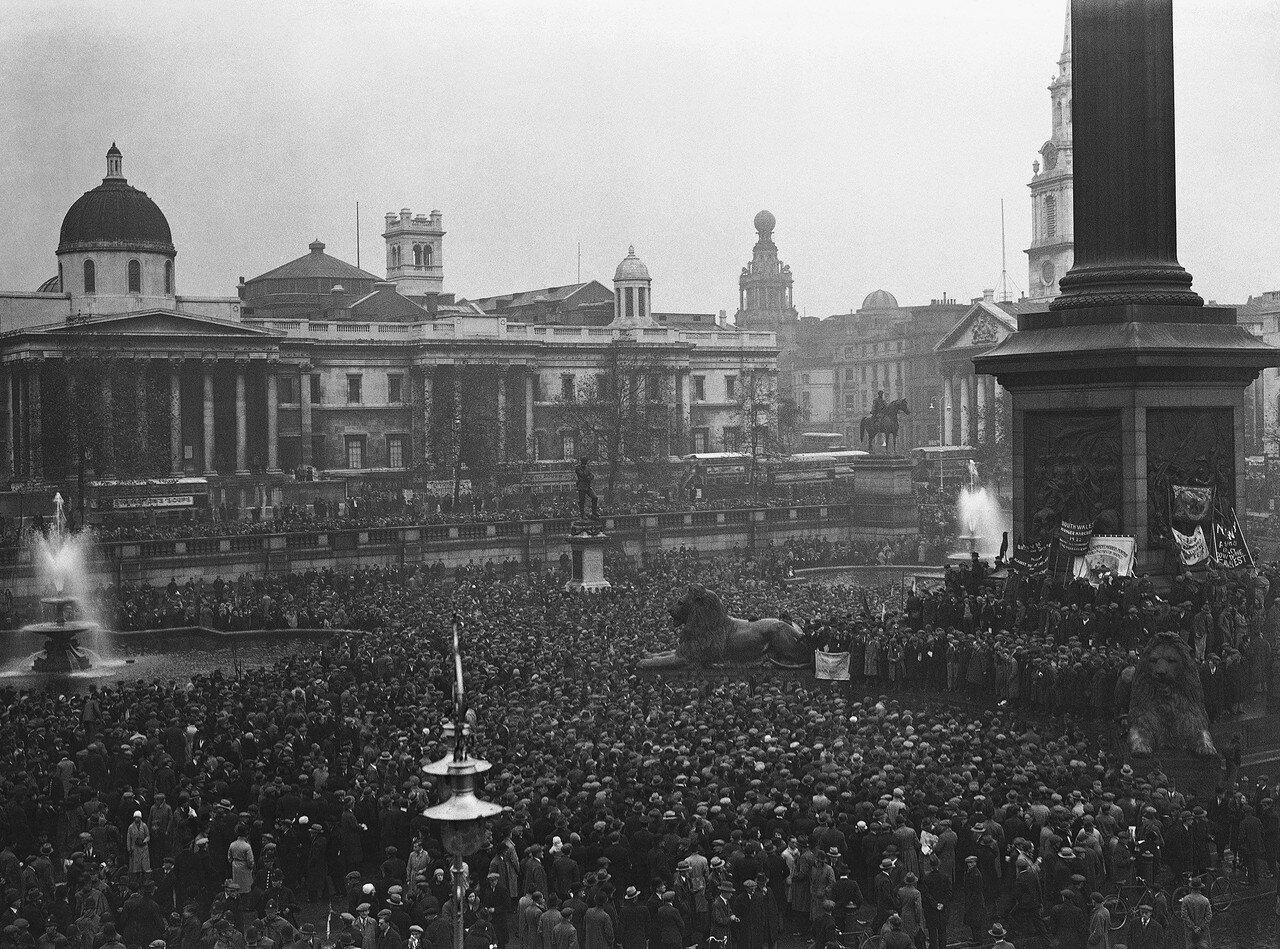 1932. 30 октября. Тысячи и тысячи безработных со всей Англии вышли на демонстрацию на Трафальгарскую площадь