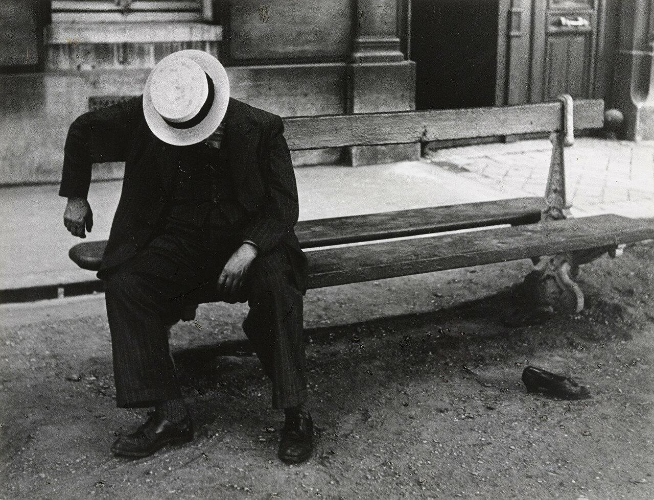 1932. Человек в канотье, спящий на скамейке