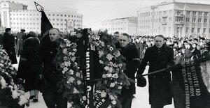 Челябинск. Возложение венков во время митинга