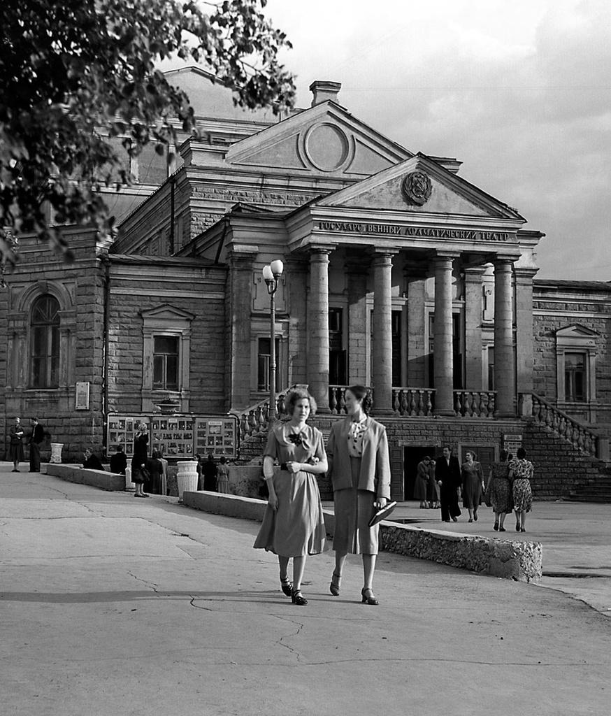 Челябинск. Здание драматического театра им. С. Цвиллинга (1957)