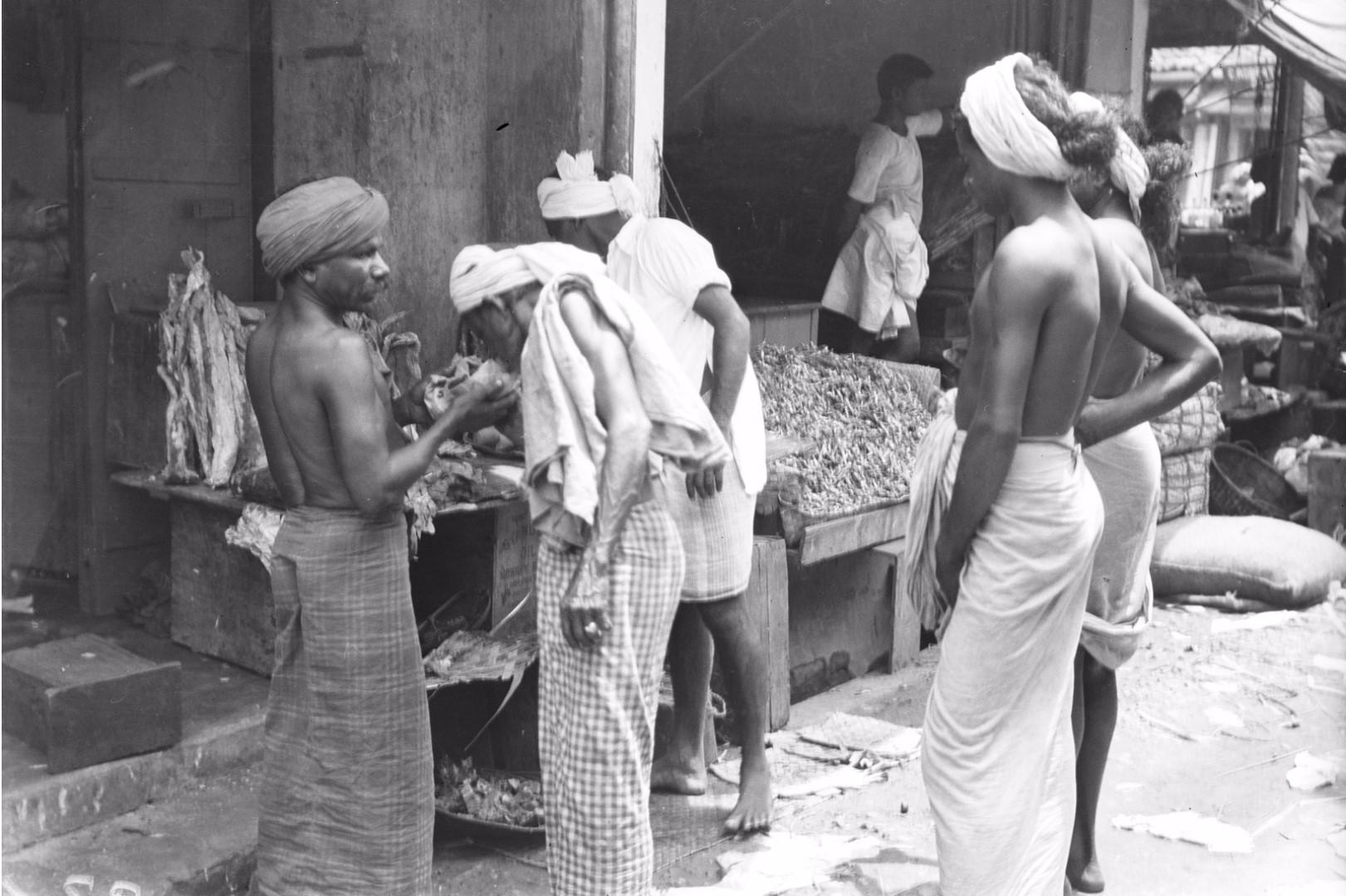 236. Покупатели обнюхивают рыбу в рыбном ряду рынка Петтах в Коломбо
