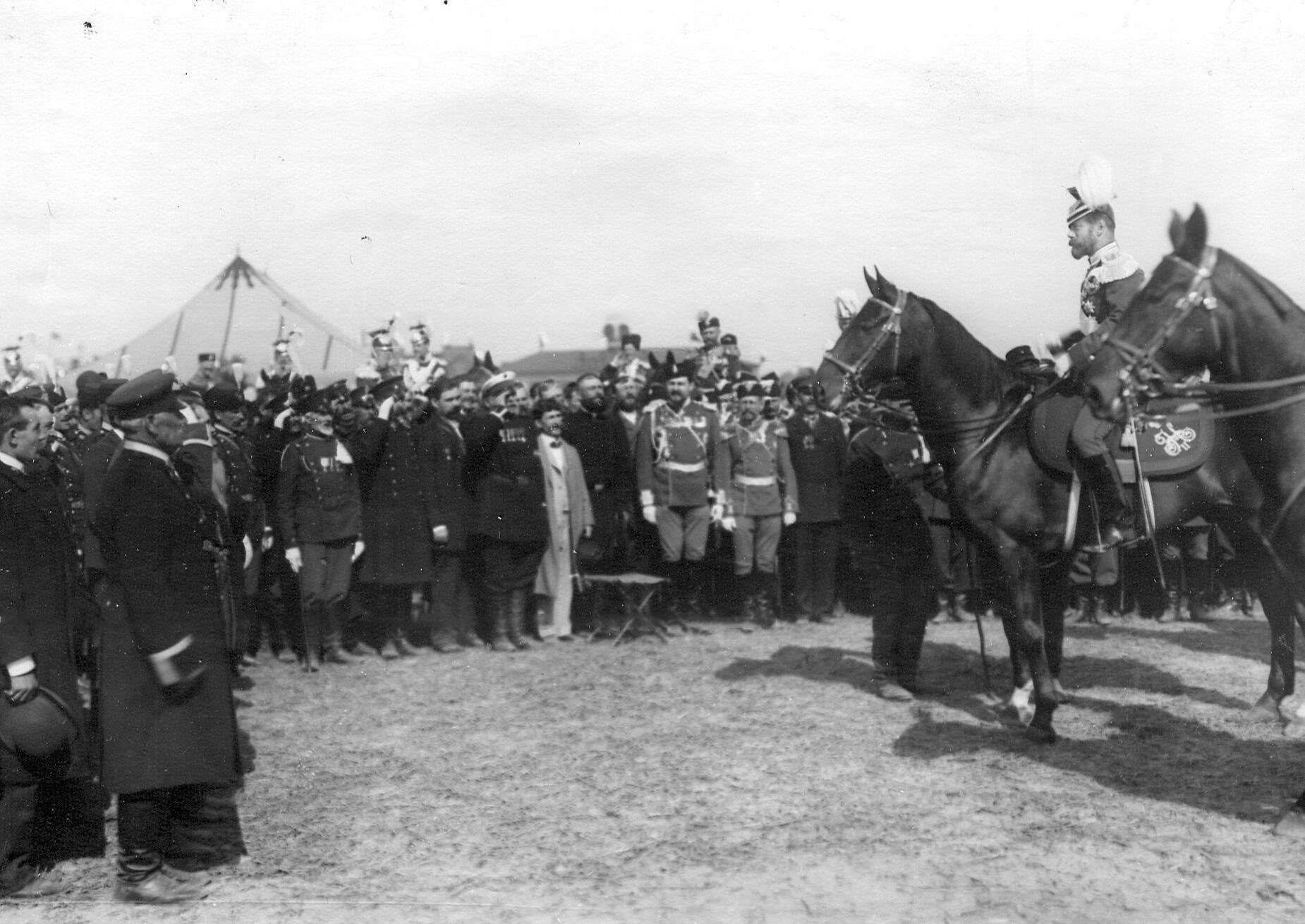 Гости и ветераны полка приветствуют императора Николая II одетого в уланский мундир