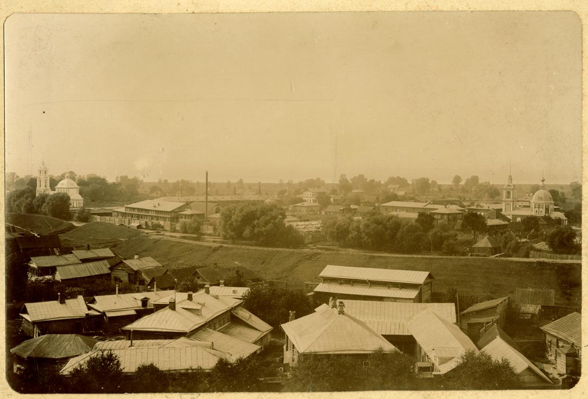 Вид на часть города с валами, рекой Трубеж, церковью Покрова справа, Ивана Богослова слева и фабричным корпусом. Снято с колокольни Нового собора