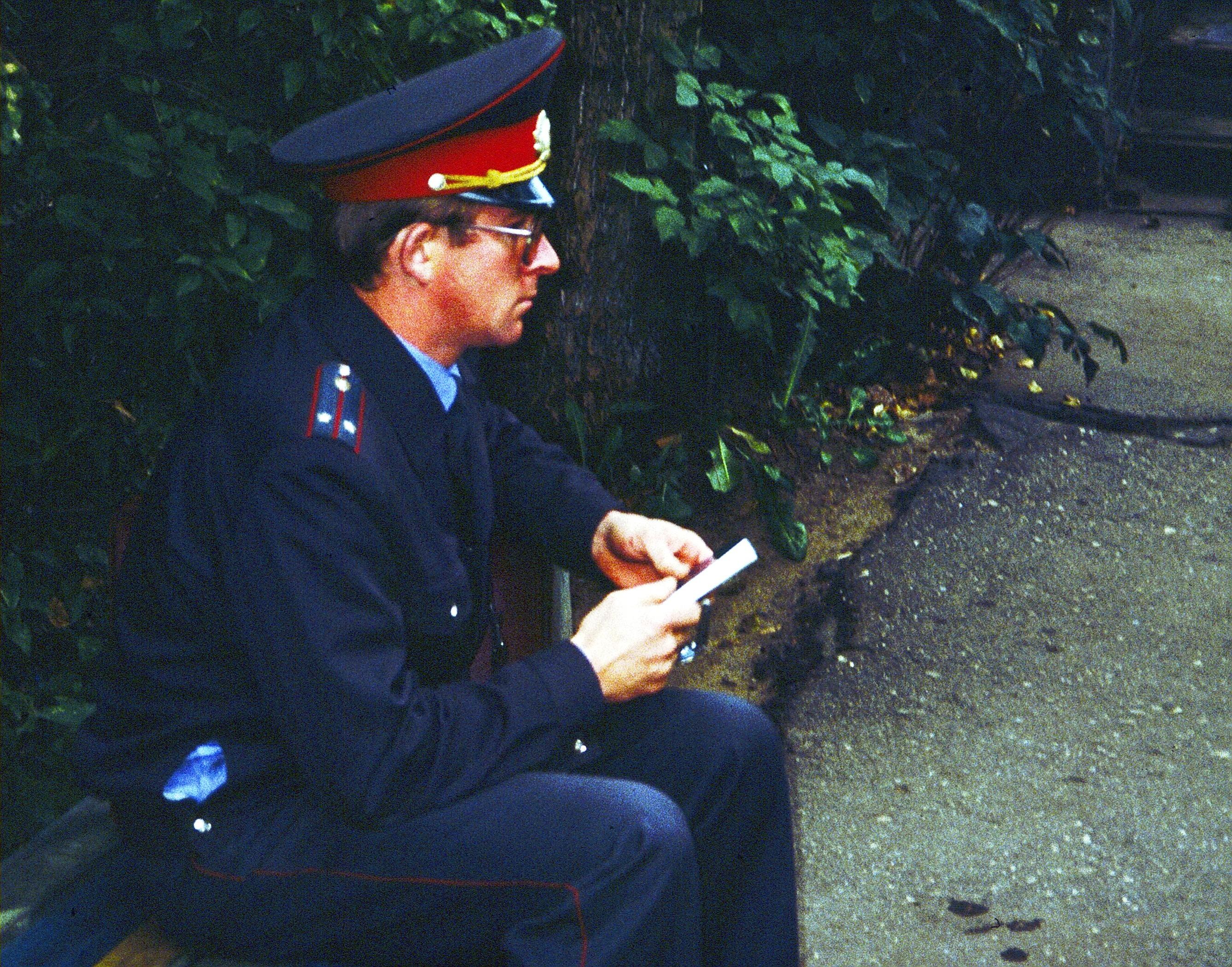 Милиционер с подаренным Новым Заветом
