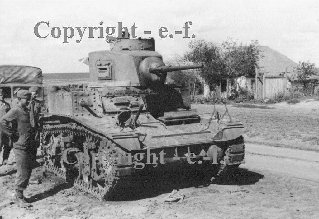Оставленный на дороге легкий танк М3л.