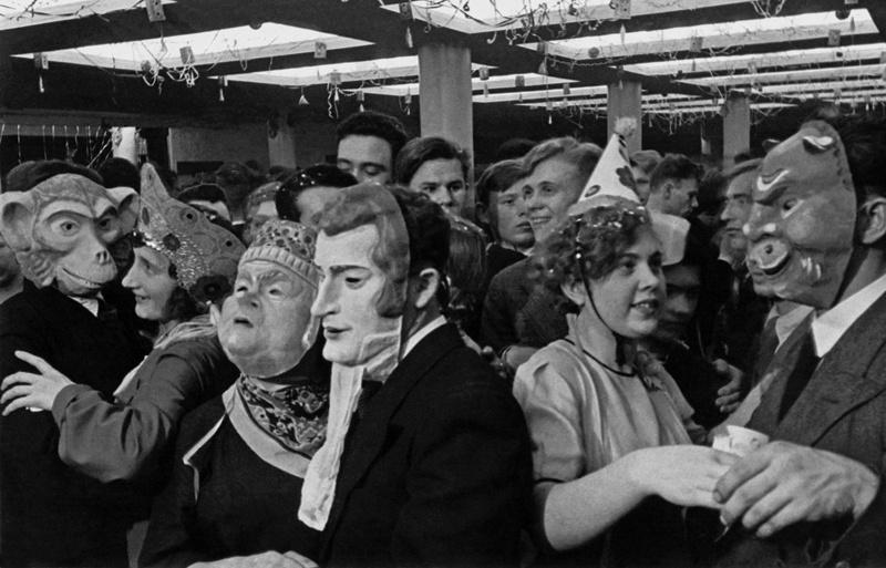 1937 Карнавал во Дворце культуры 1-го Государственного автомобильного завода им. И.В. Сталина в честь годовщины Сталинской конституции. Георгий Зельма.jpg