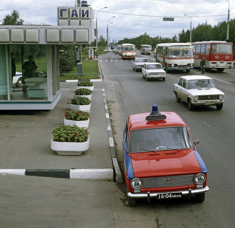 1979 Пост ГАИ (государственная автомобильная инспекция) при въезде в Москву. ВАЗ-2101. С. Соловьёв, РИА.jpg