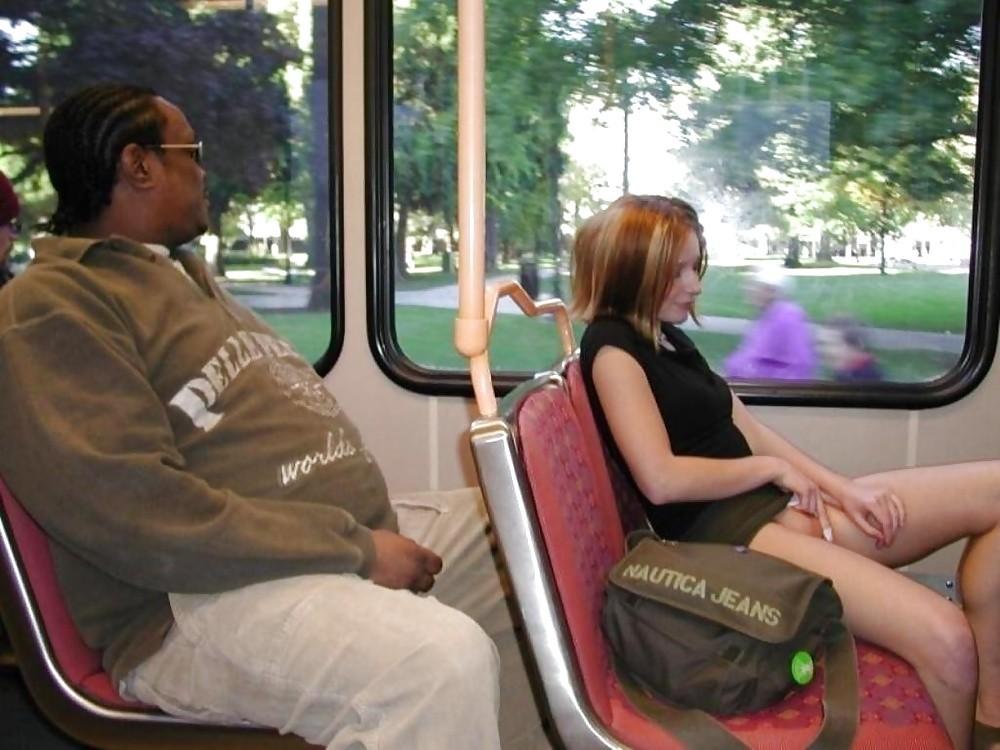 фото женщин под юбкой в общественном транспорте