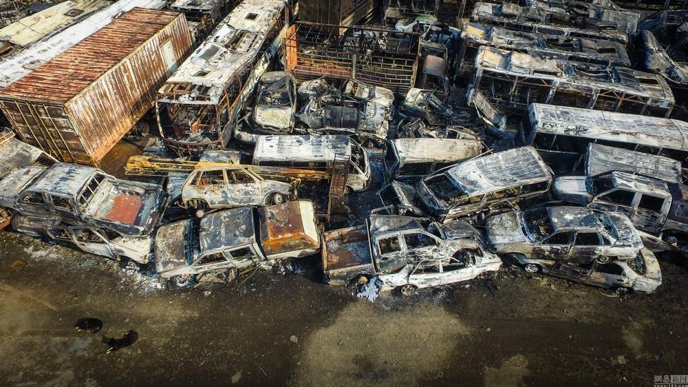 Тысячи машин сгорели на стоянке в Китае