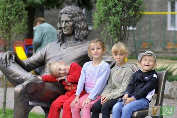 В сети одобрили новый памятник Кузьме Скрябину в Луцке (фото)