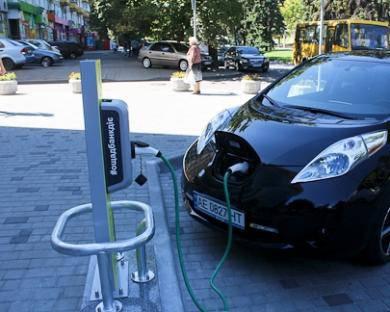 Трасса в будущее: В Днепре открыли первую бесплатную електрозаправку