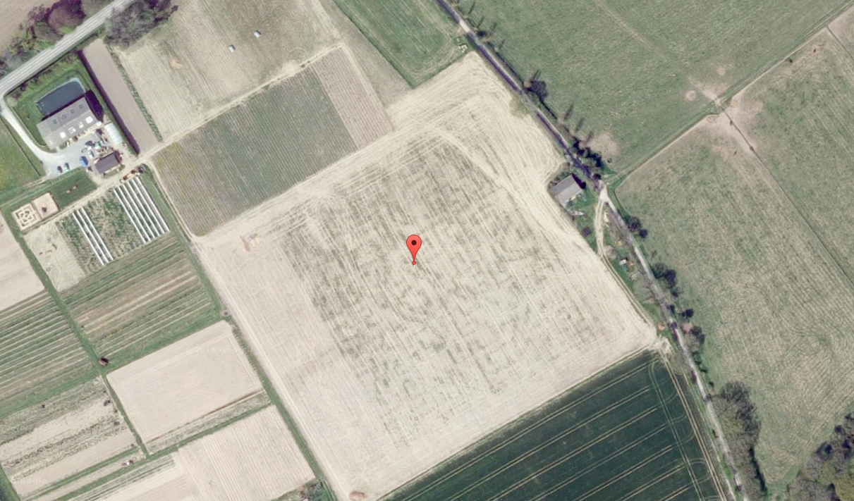 old satellite image, the picture is also seen crop circle, more precisely, its shape, a square in the regular geometric patterns