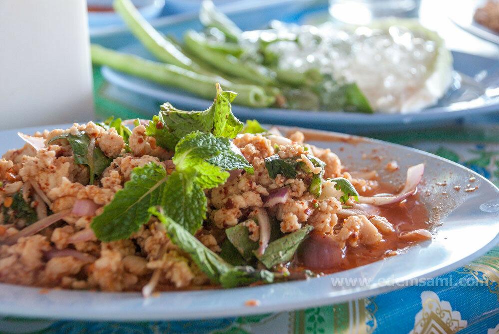 тайский острый салат на пляже бан ампур