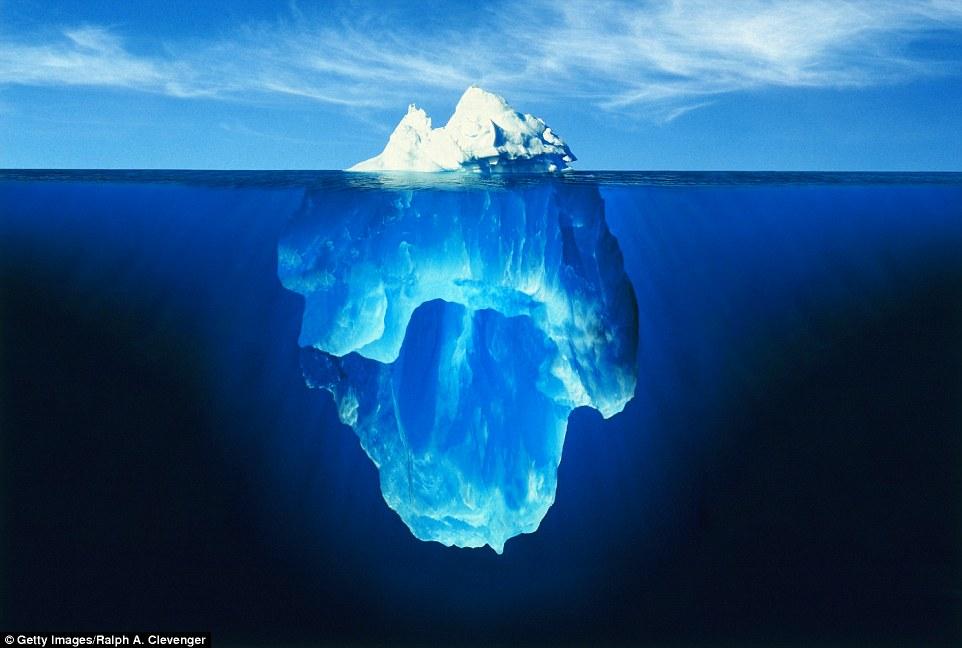 Штормы изваяли причудливую скульптуру из этого айсберга у берегов Гренландии.