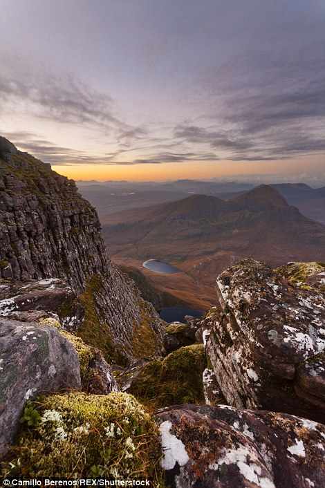 Солнце восходит над горой Creag nan Calman.