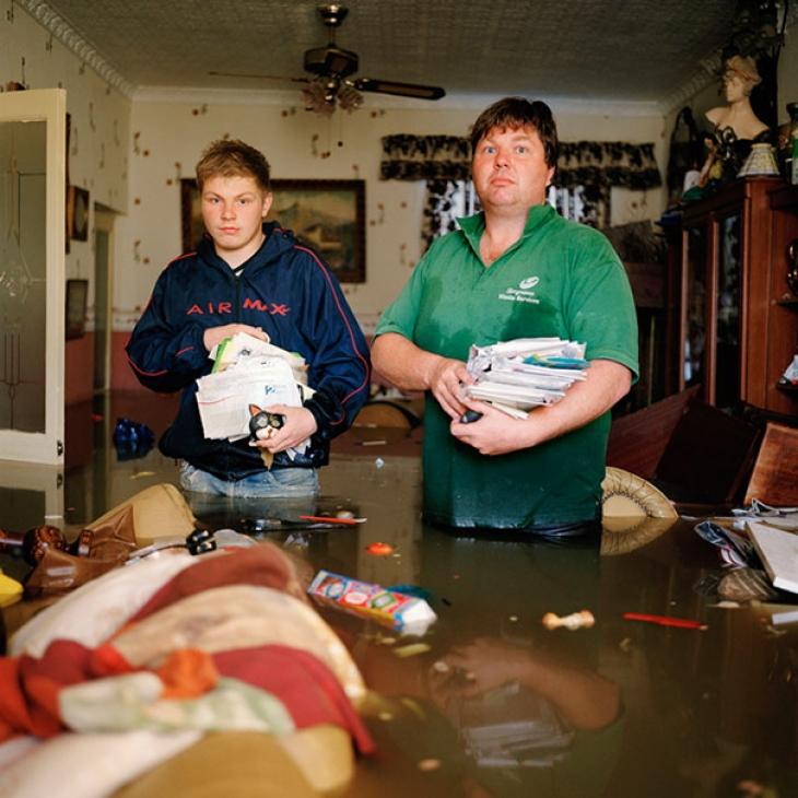 Великобритания, Южный Йоркшир, июнь 2007. Грэхем и Киран Ли пытаются навести порядок после наводнени
