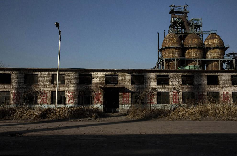 14. Заброшенный сталелитейный завод в Таншане, 26 января 2016. (Фото Kevin Frayer):