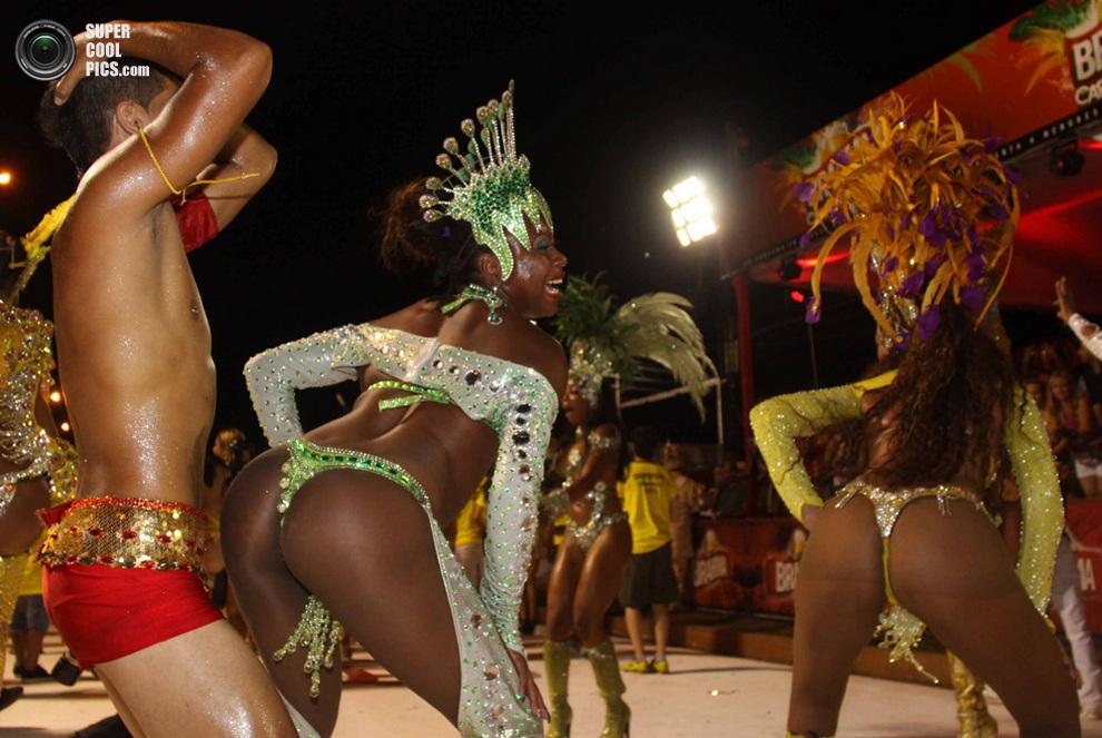 Участники карнавала умело двигаются под звуки конга. (STR/AFP/Getty Images)