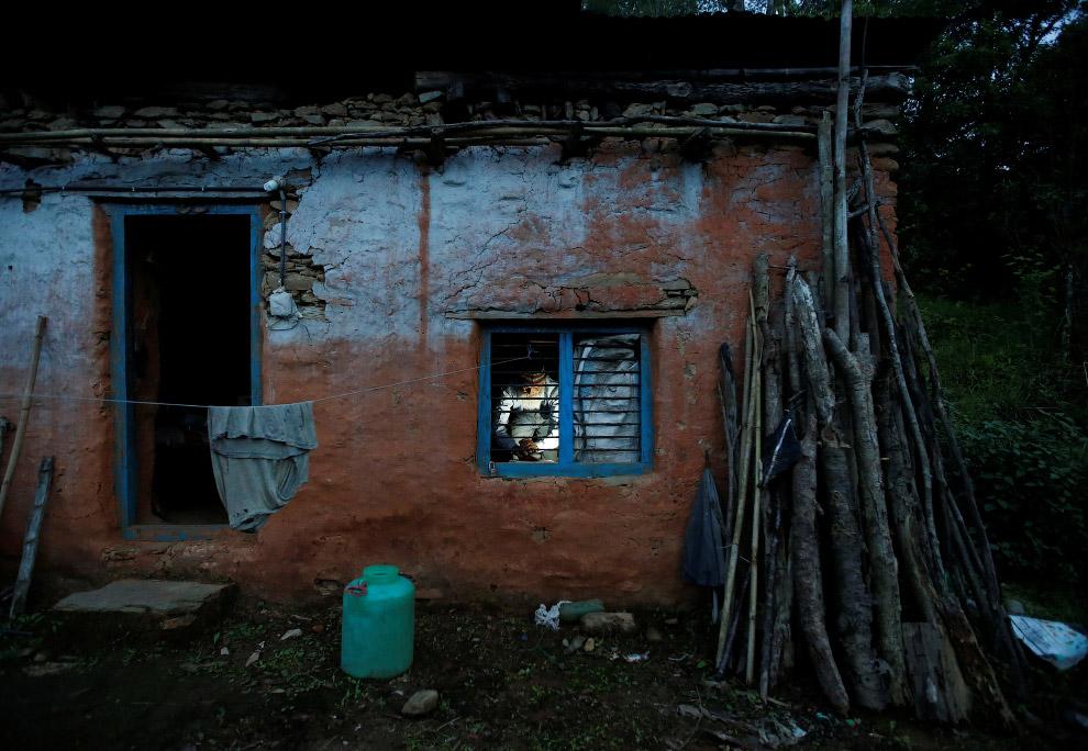 3. Внутри дома невесело. Самое время вспомнить, что в детстве не закончил школу. (Фото Navesh C