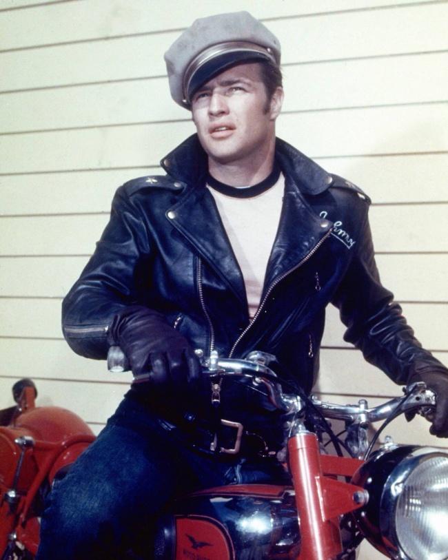 Дерзкому красавцу Марлону Брандо изфильма «Дикарь» подражают тысячи юношей намотоциклах повсему м