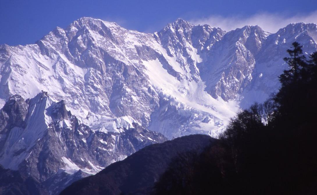 Канченджанга занимает почетное третье место в списке самых высоких гор мира. А еще, 22% всех восхожд