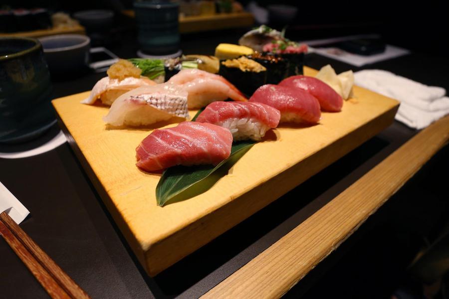 18. А вот и японская еда Суши и сашими из свежей рыбы