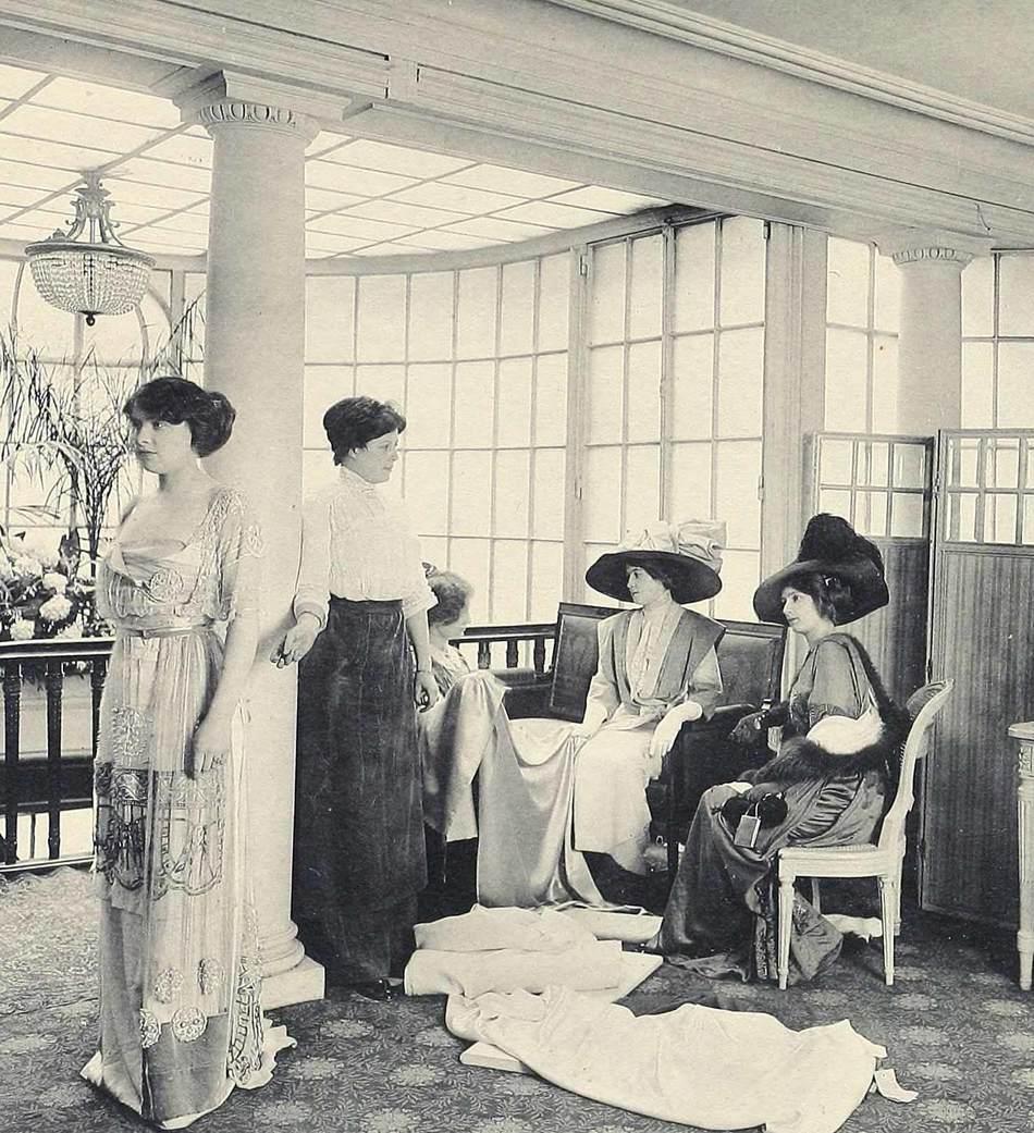 Парижское издание Les Createurs de la Mode («Создатели моды») в своей статье от 1910 года описывает