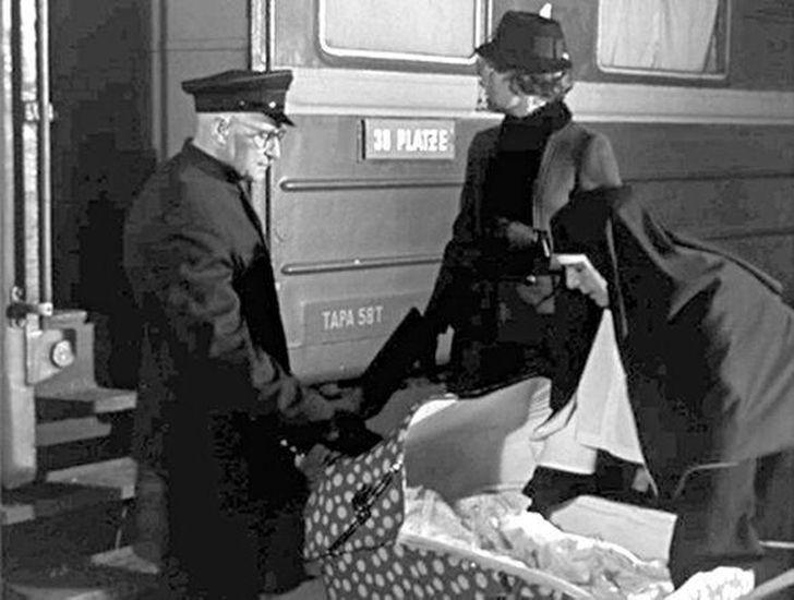 В эпизоде, где Штирлиц убивает провокатора Клауса (его сыграл Лев Дуров), в руках у нашего разведчик