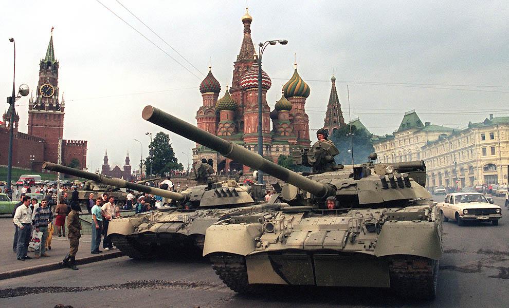 2. Советские танки на фоне собора Василия Блаженного и Спасской башни 19 августа 1991 г. Танки проех