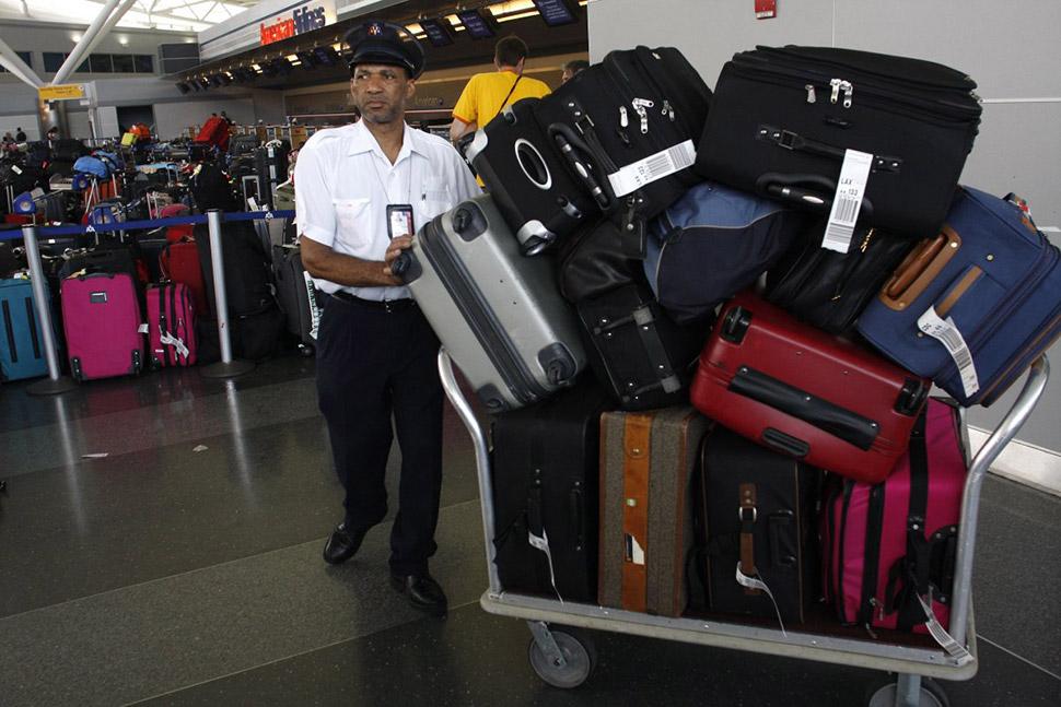 Можно не платить за использование багажной тележки, если отыскать у входа в терминал кем-то оставлен
