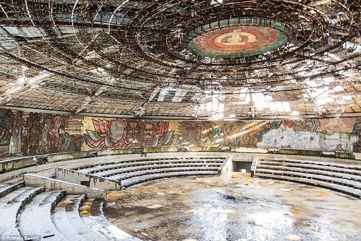 Амфитеатр в заброшенном доме-памятнике на вершине горы Бузлуджа в Болгарии.